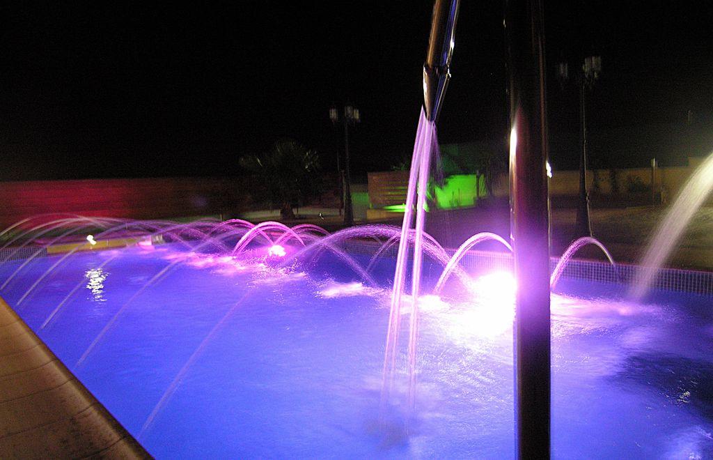 piscina-iluminada-focos-led-noche