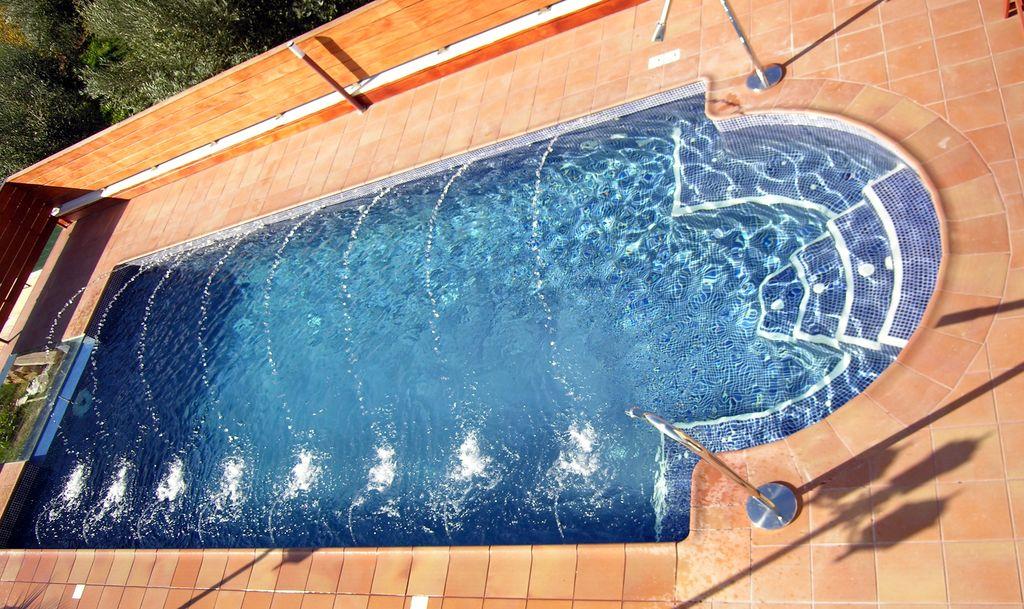 Piscinas iluminadas zona tarragona for Precio construccion piscina obra